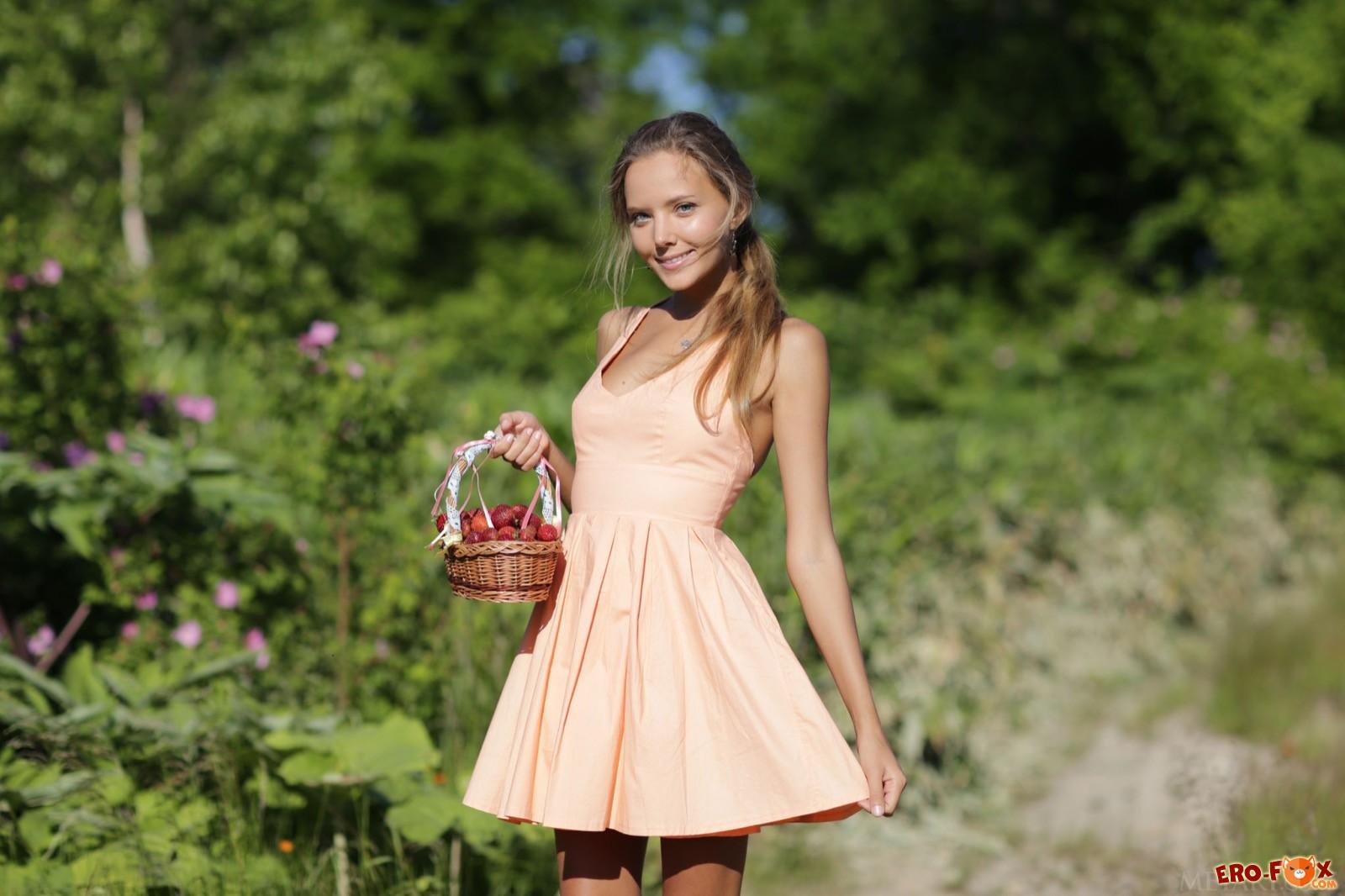 Худышка в платье показала попочку на природе