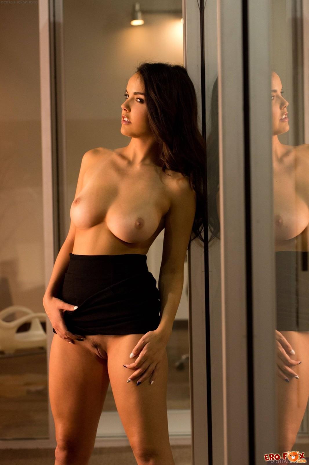 Развратная секретарша сексуально оголяется в офисе