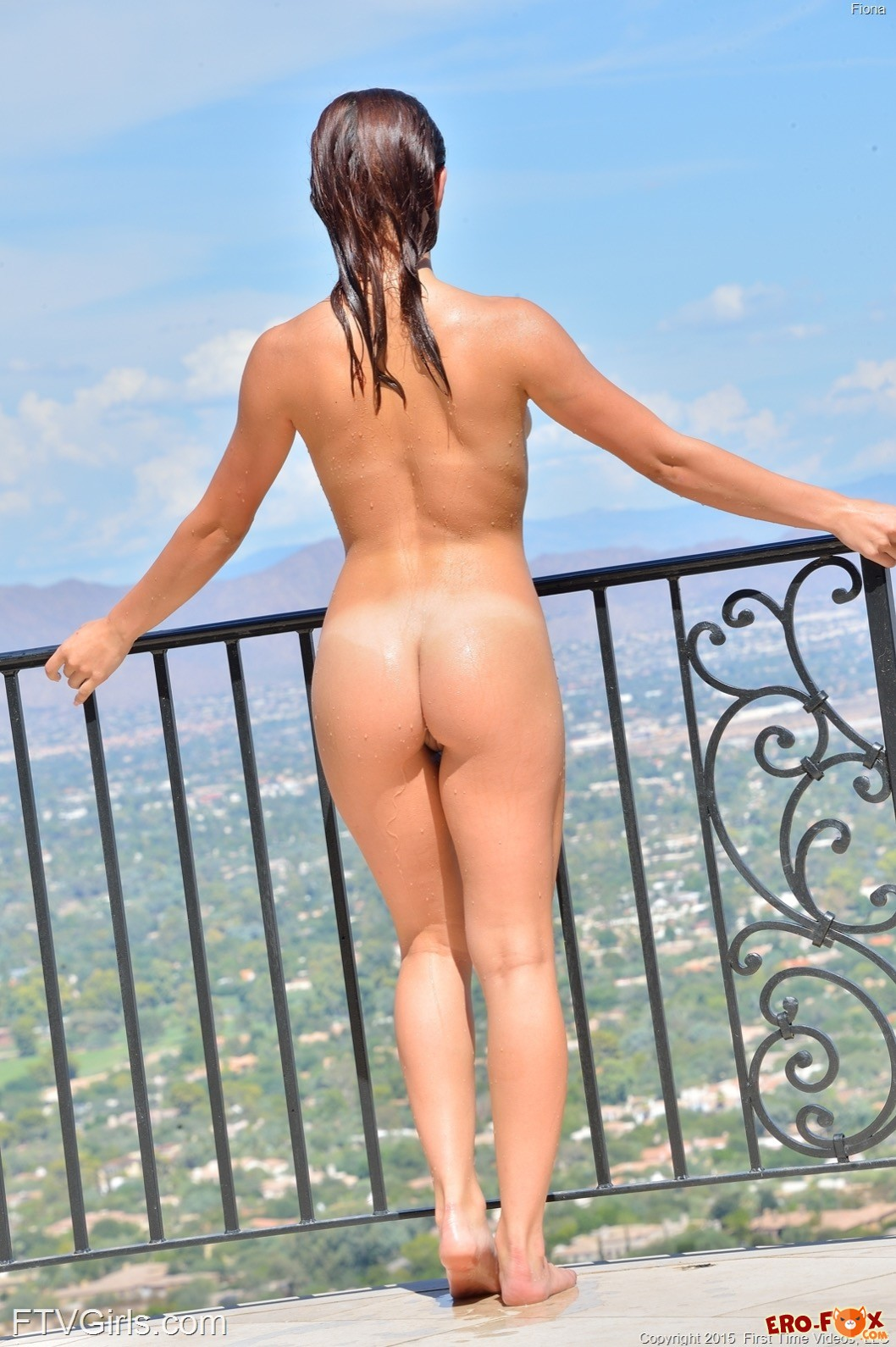 Сексуальная девка оголилась на пробежке и в бассейне