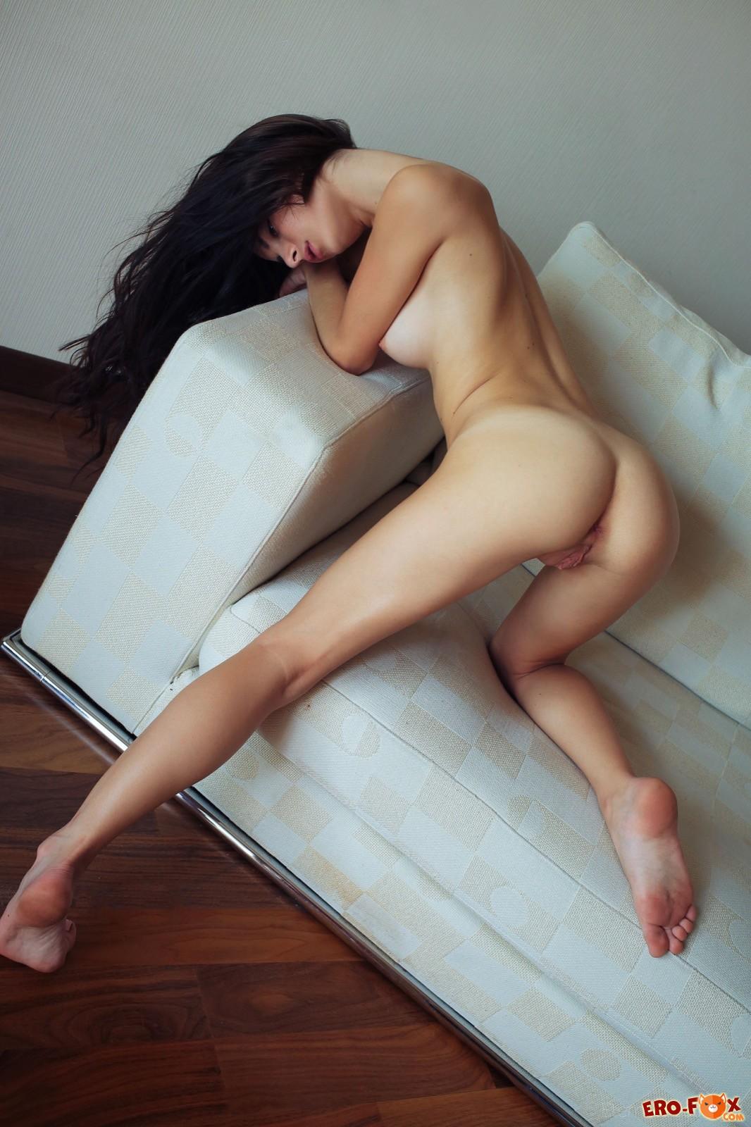Брюнетка скинула платье и трогает упругую грудь