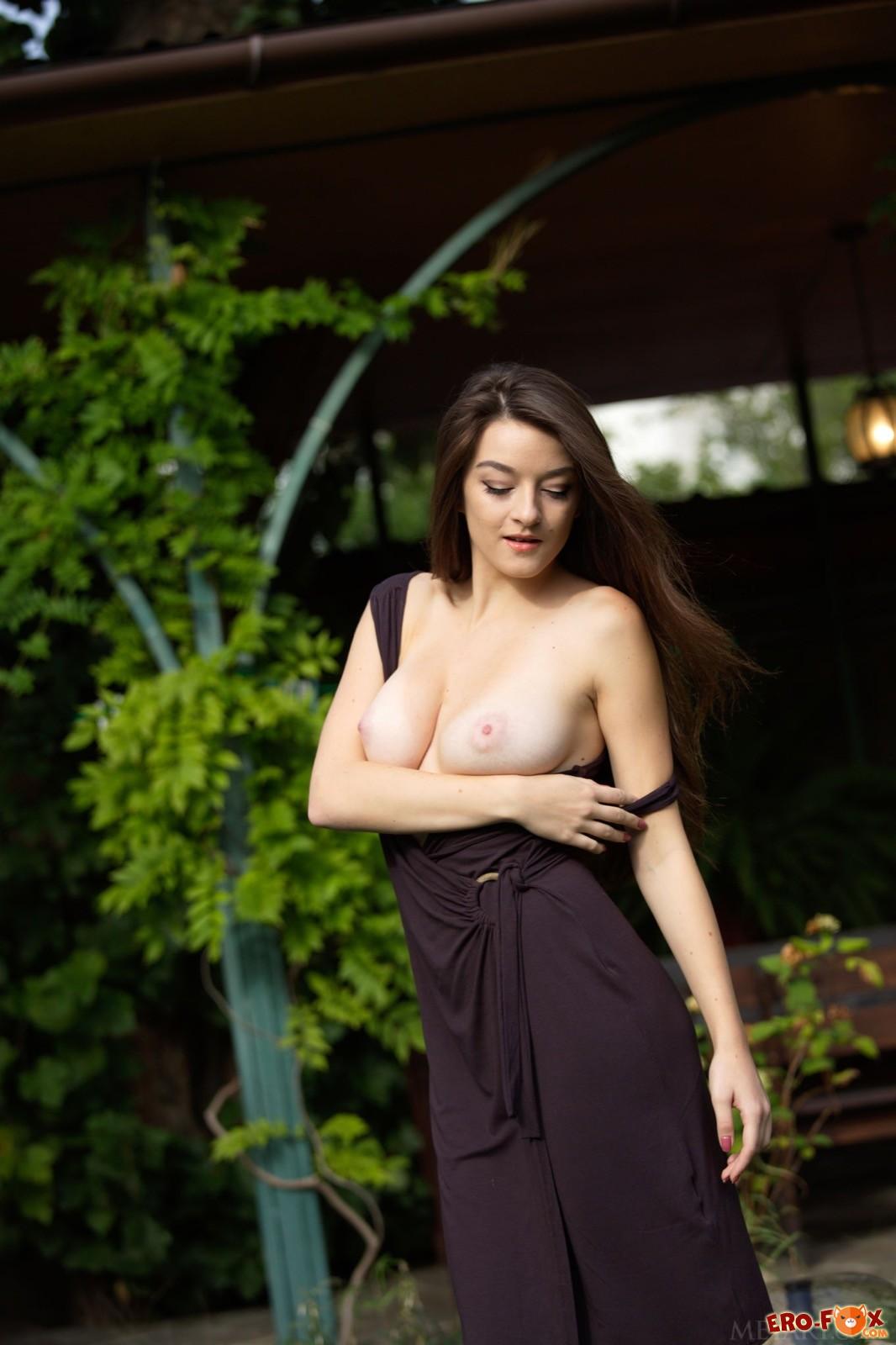 Очаровательная девица с крупной грудью сняла платье
