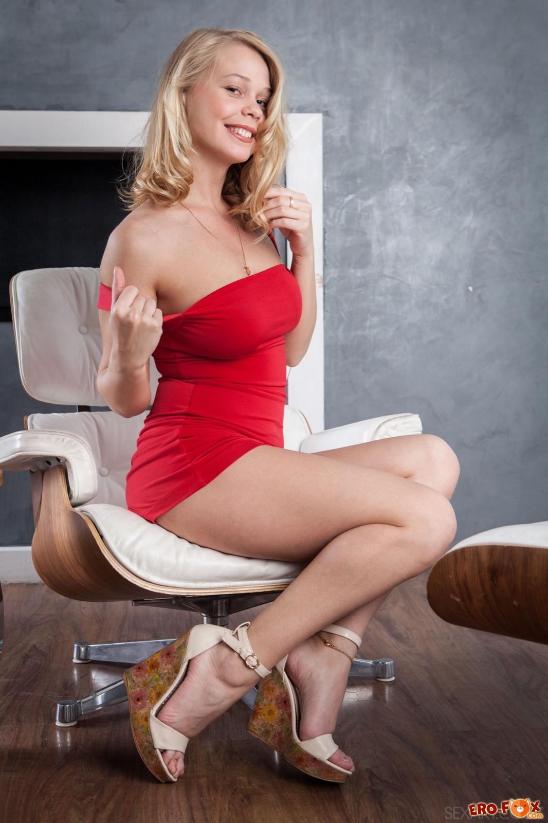 Белобрысая девушка в красном платье разделась дома