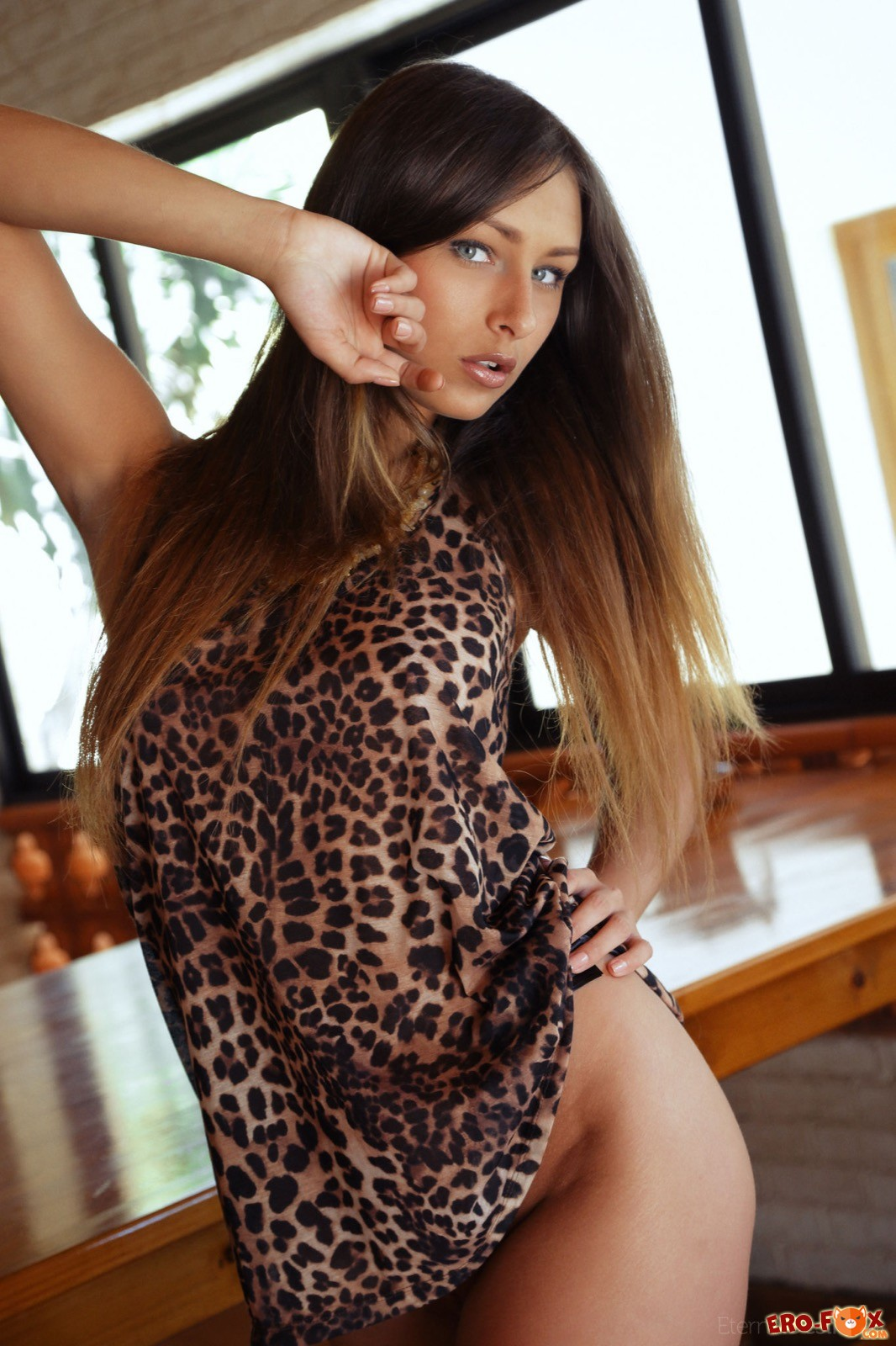 Девка с сексуальным телом оголилась на столе