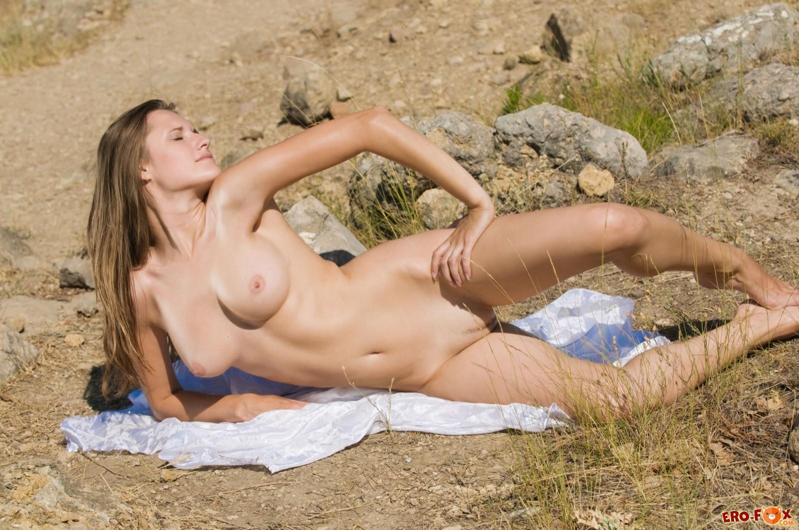 голой красотки позирующей на природе