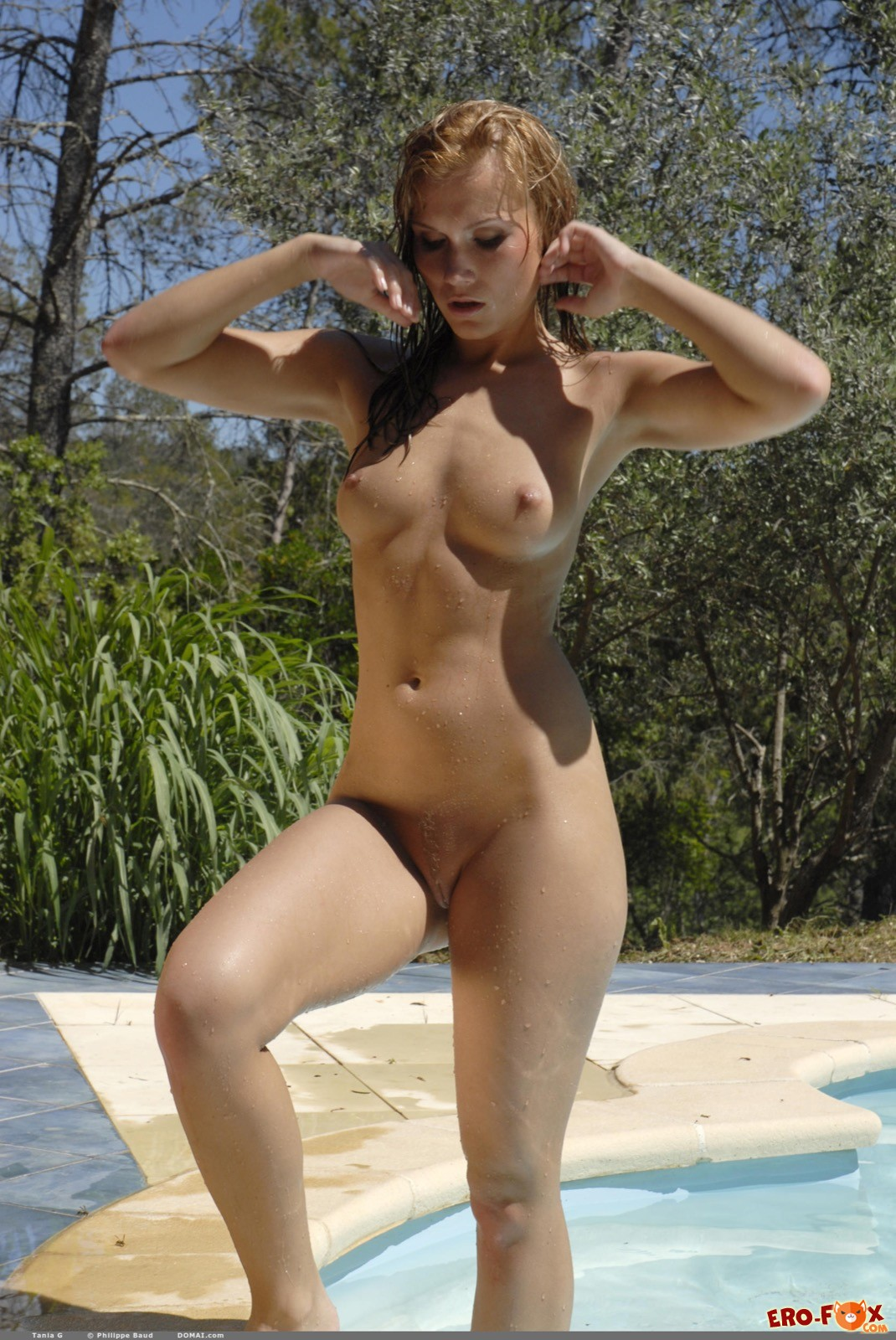 Мокрая девица с красивым телом нежится у бассейна