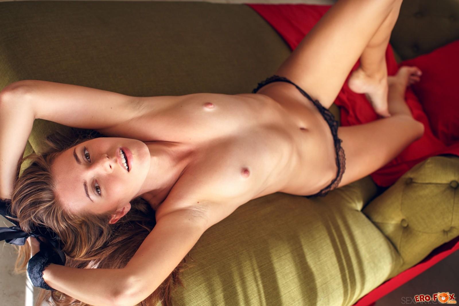 Связанная девушка в трусиках выгибается на диване