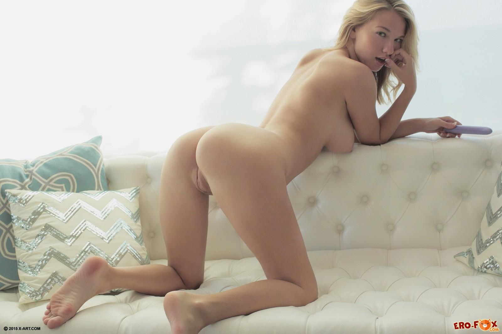 Милашка со светлыми волосами оголяет грудь и писку