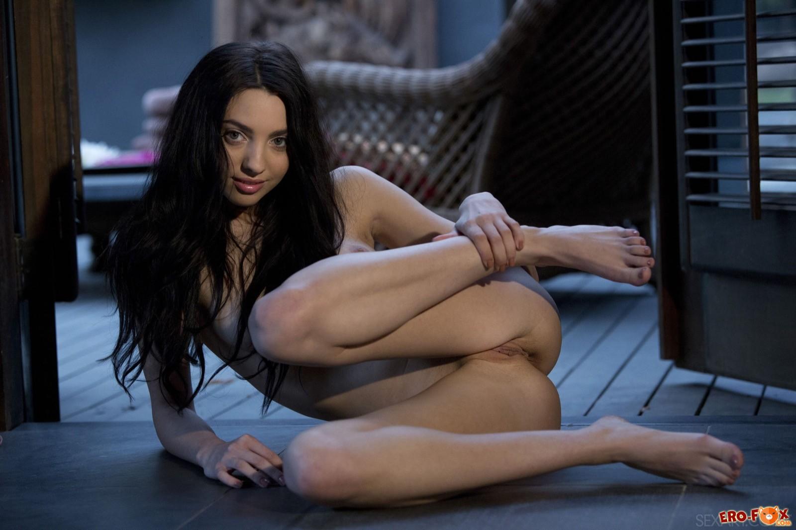 Темноволосая худенькая девица оголяет бритую киску