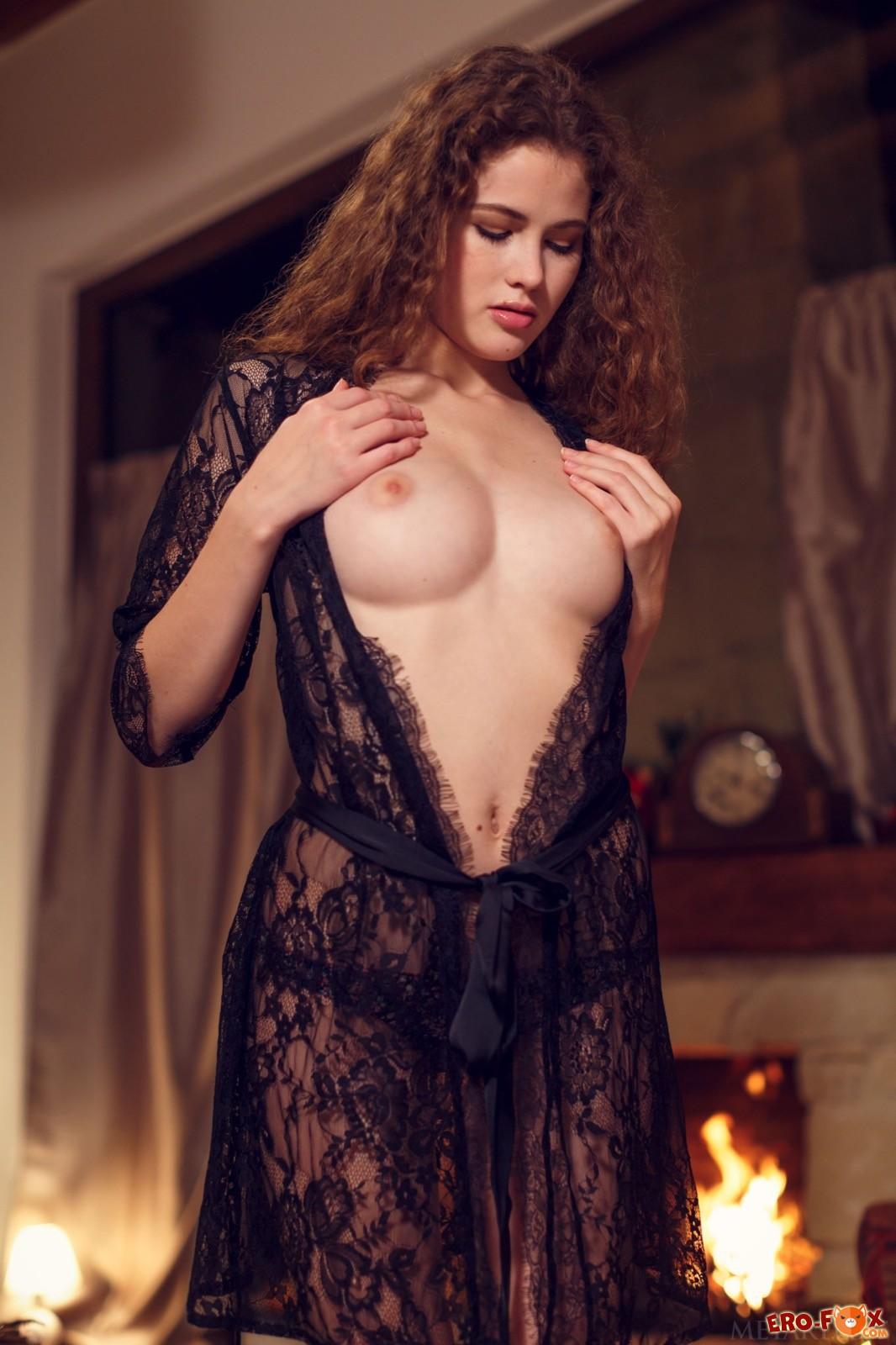 Кучерявая шатенка позирует в халате на голое тело