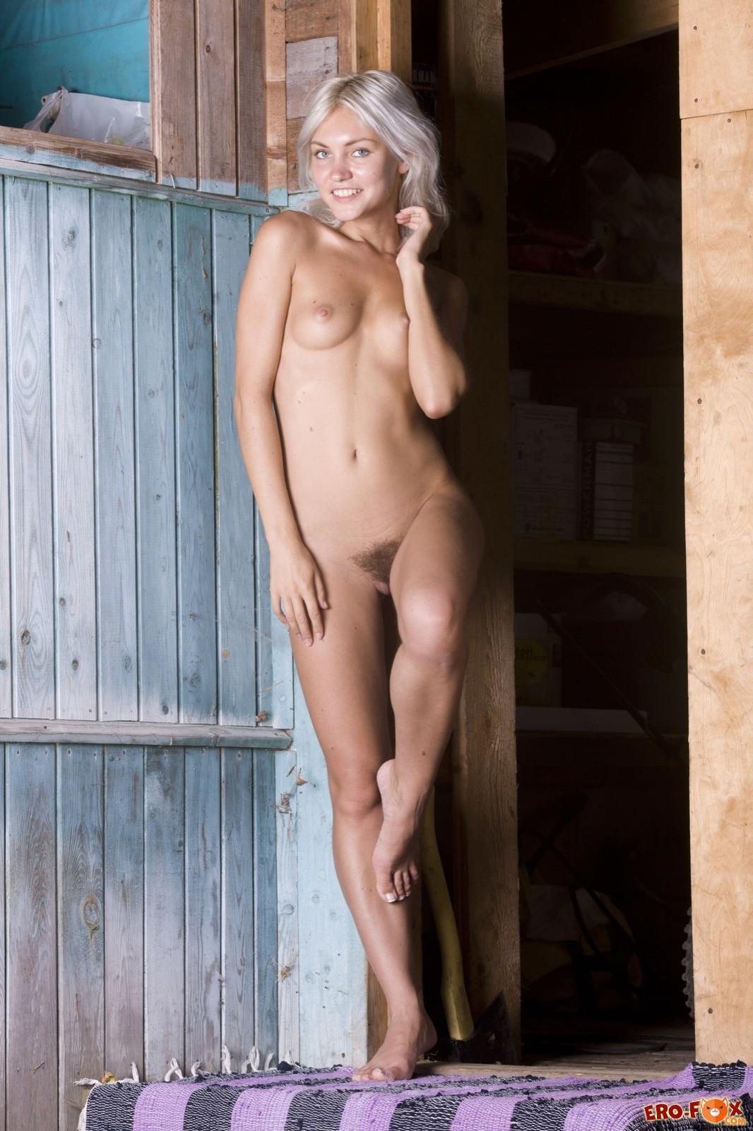 Голая светловолосая девка с волосатым лобком