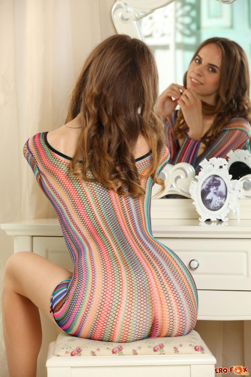 Девушка в туфлях позирует в прозрачном платье