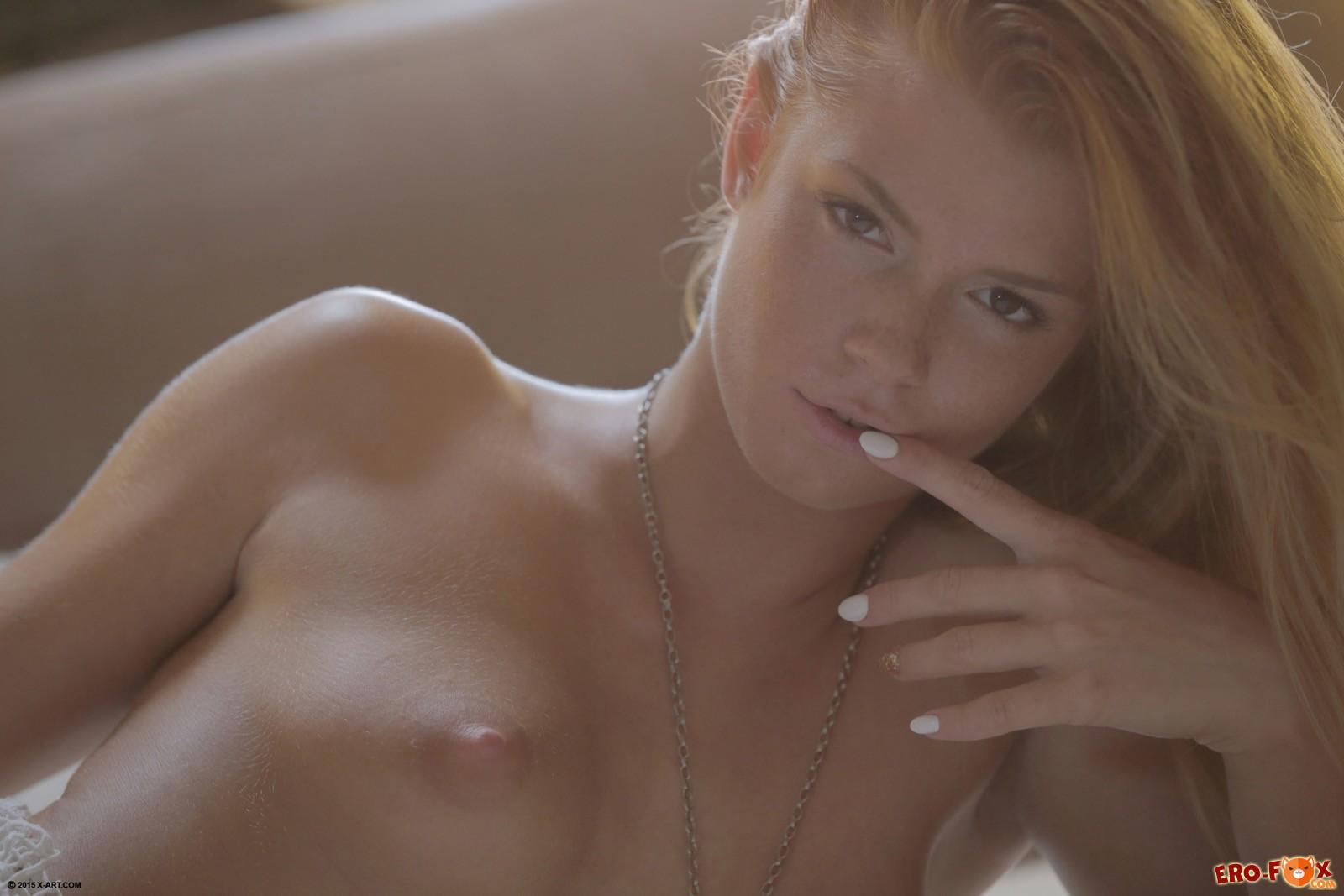 Девушка с голой грудью встает раком в постели
