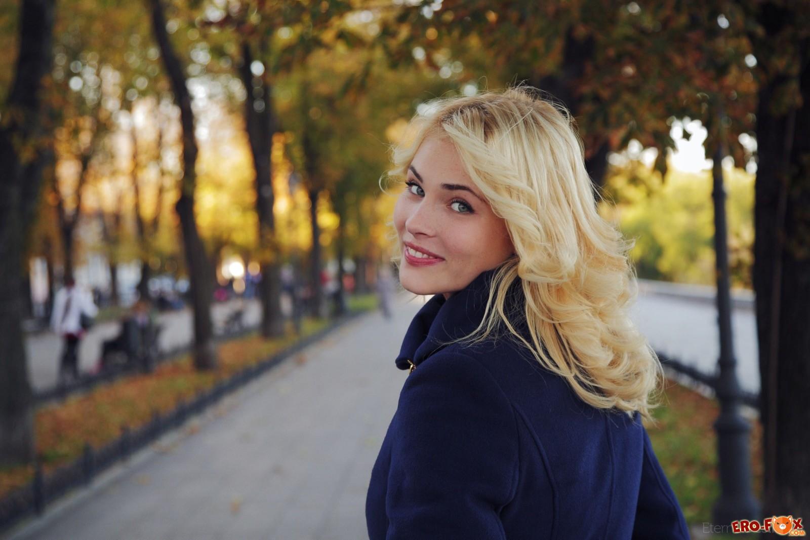 Прогулявшись милая блондинка разделась в спальне