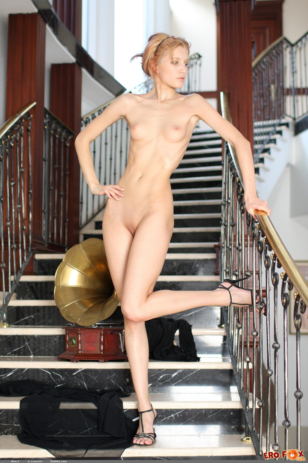 Красавица с плоской грудью оголилась на лестнице