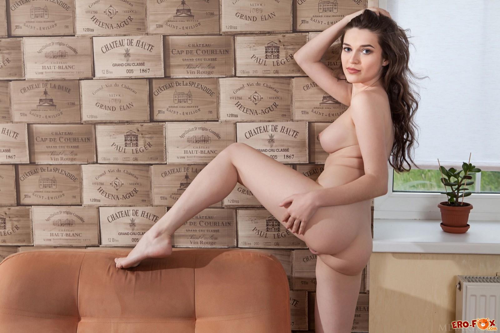 Девка с упругими сиськами эротично стянула трусики