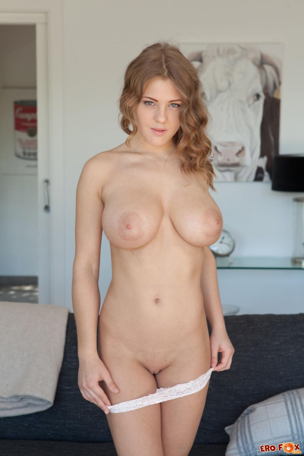 Девушка оголяет сексуальную большую грудь и попочку