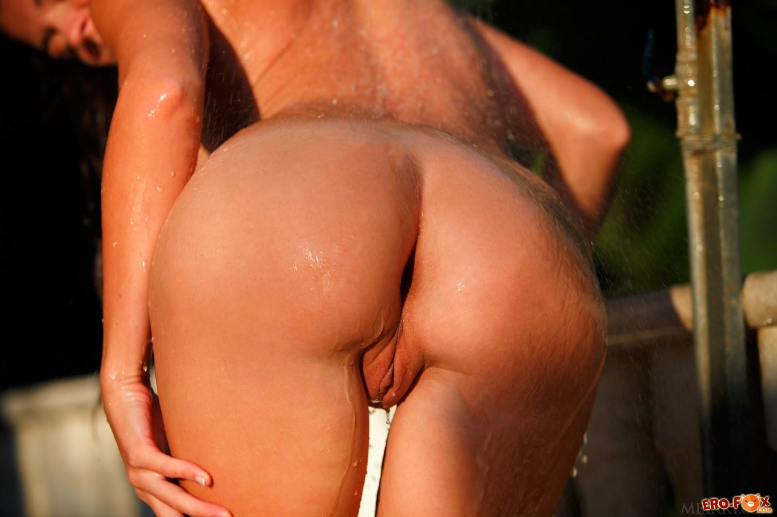 Мокрая девица с упругой попой разделась у бассейна