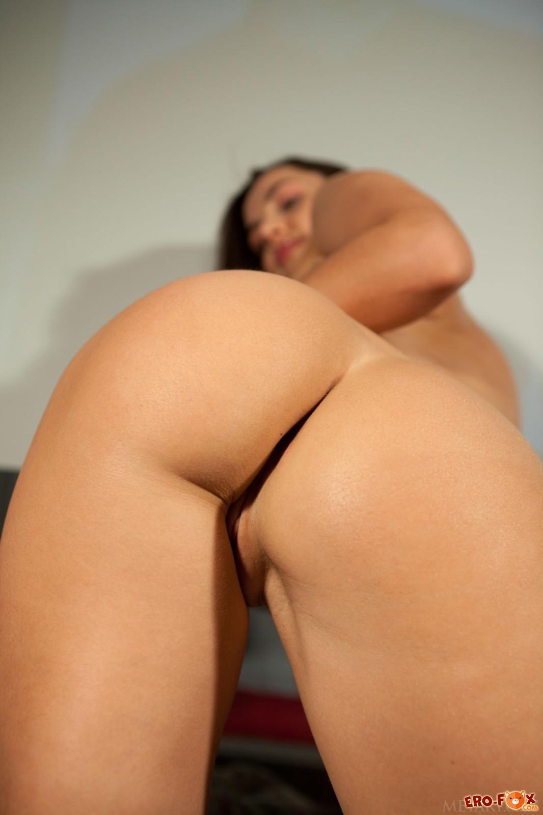 Накаченная голенькая задница молоденькой девушки