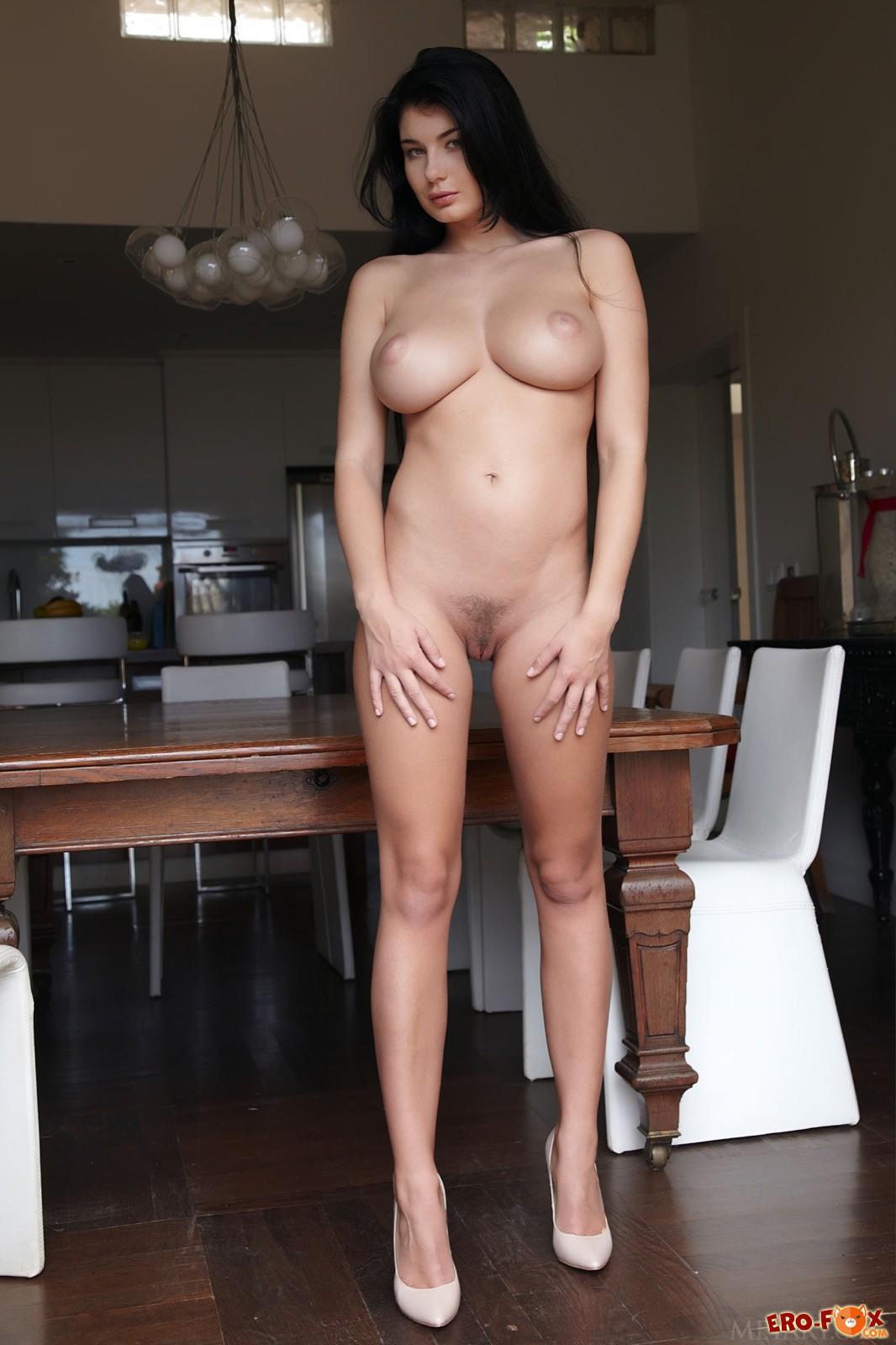 Грудастая шикарная брюнетка с сексуальной попкой