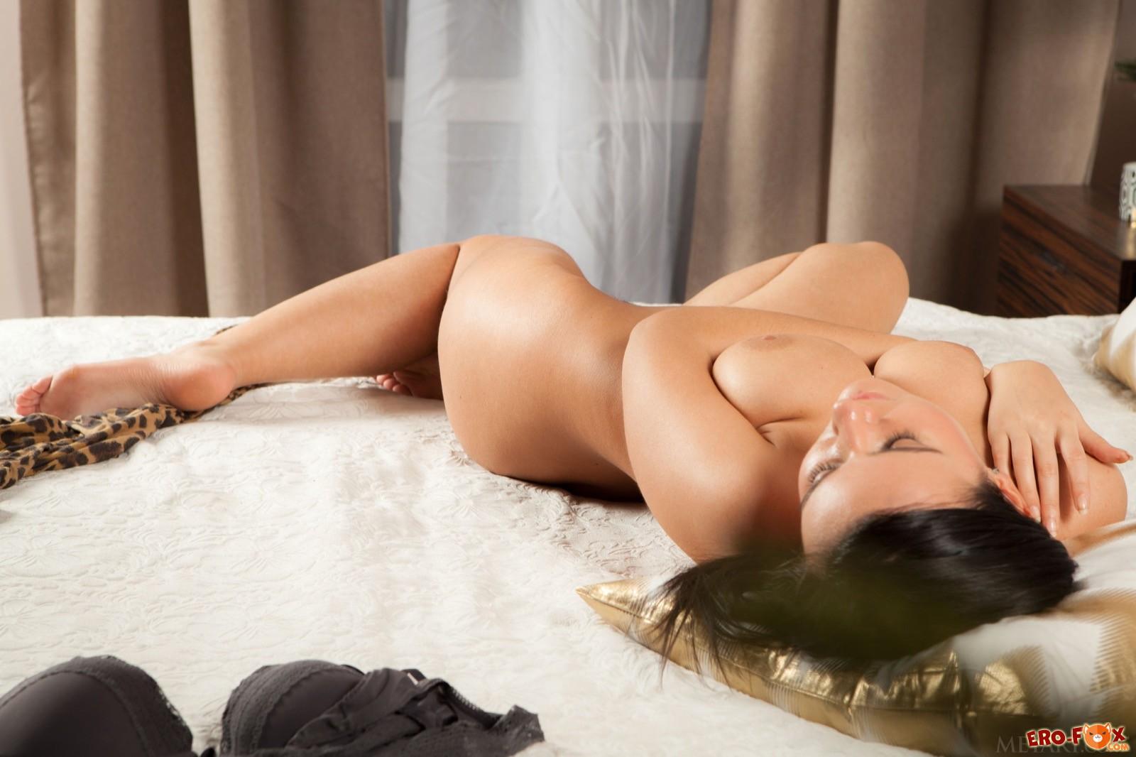 Девушка оголяет волосатую киску и большую грудь