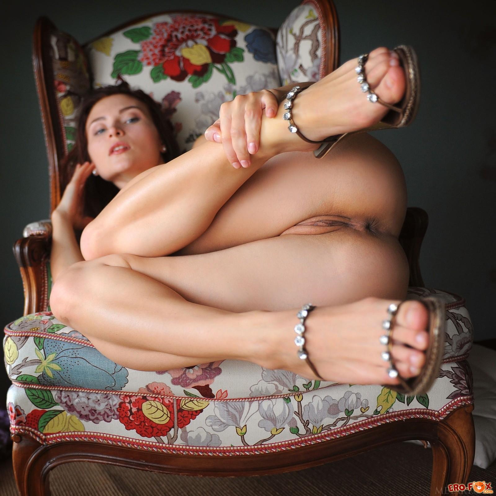 Красотка поднимает длинные ножки показывая письку