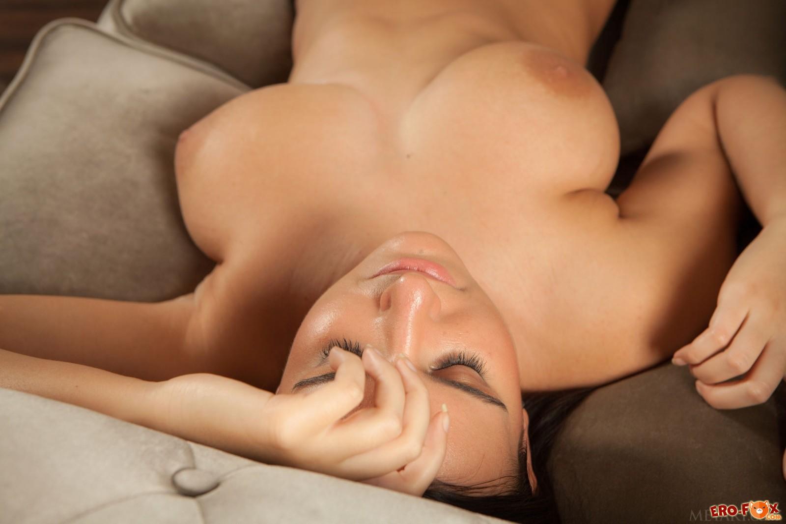 Большая грудь молодой девушки с волосатой писькой