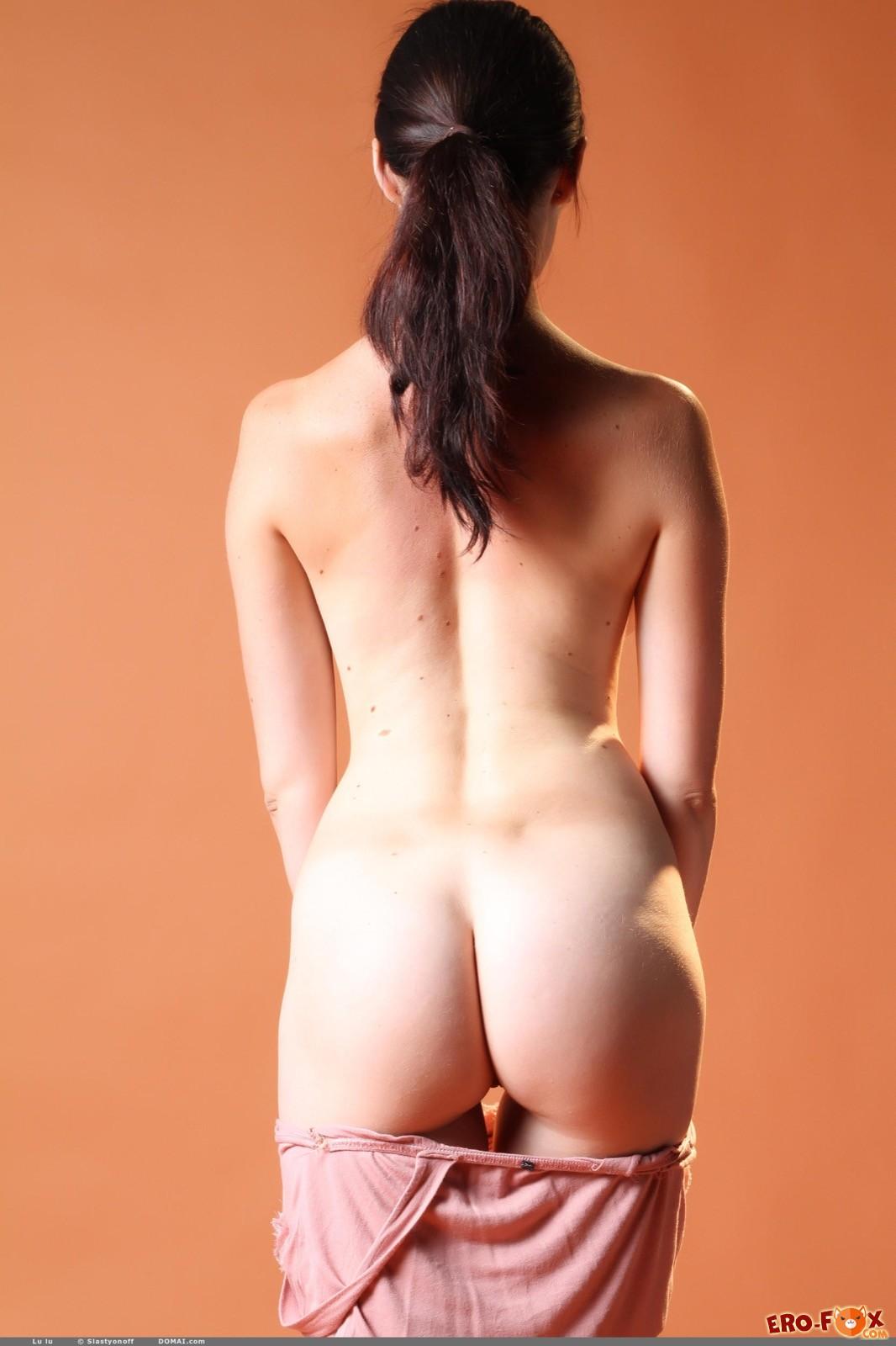 Сексуальная модель эротично раздевается на камеру