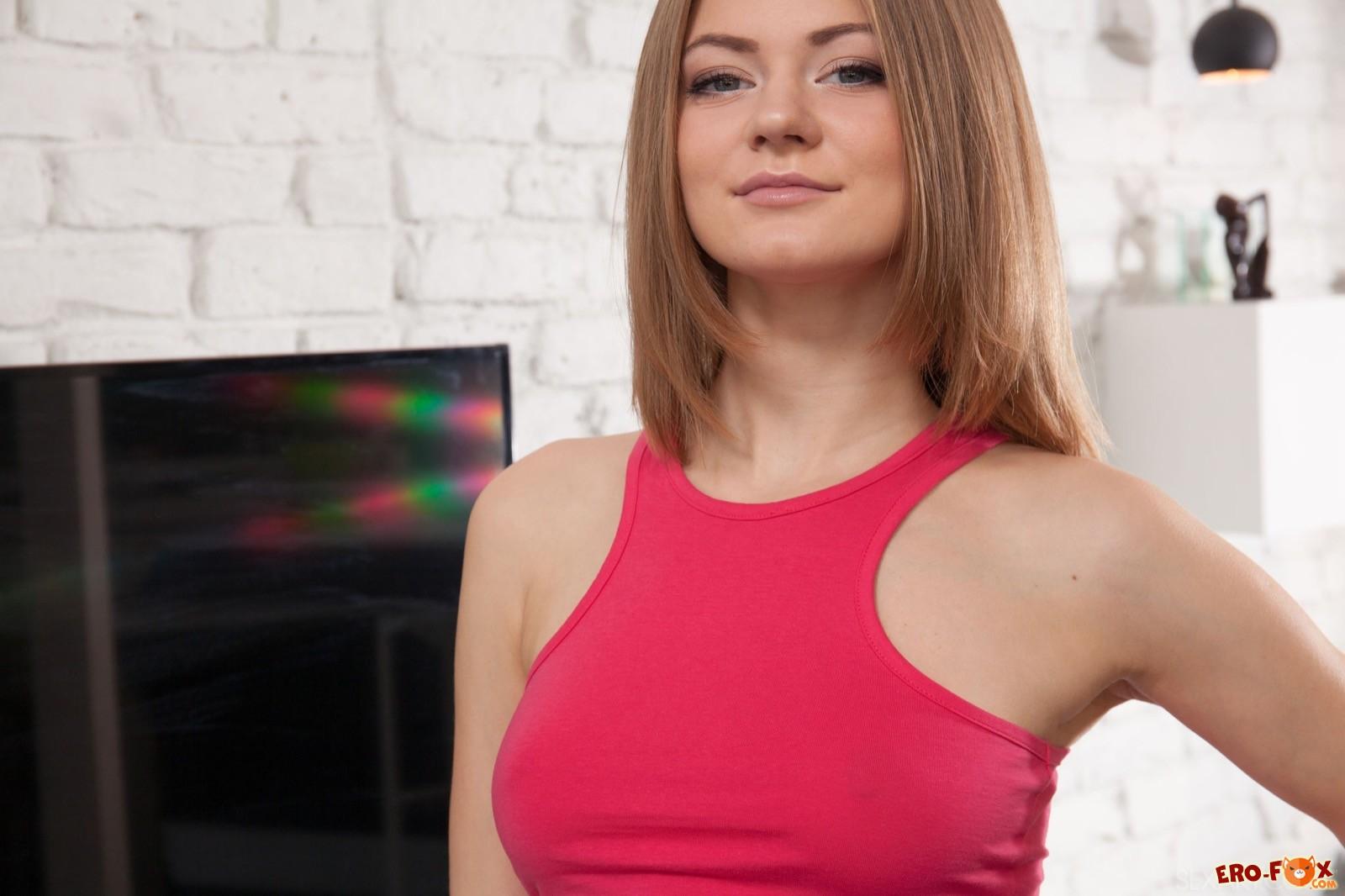 Вставая раком девушка оттопыривает упругую задницу