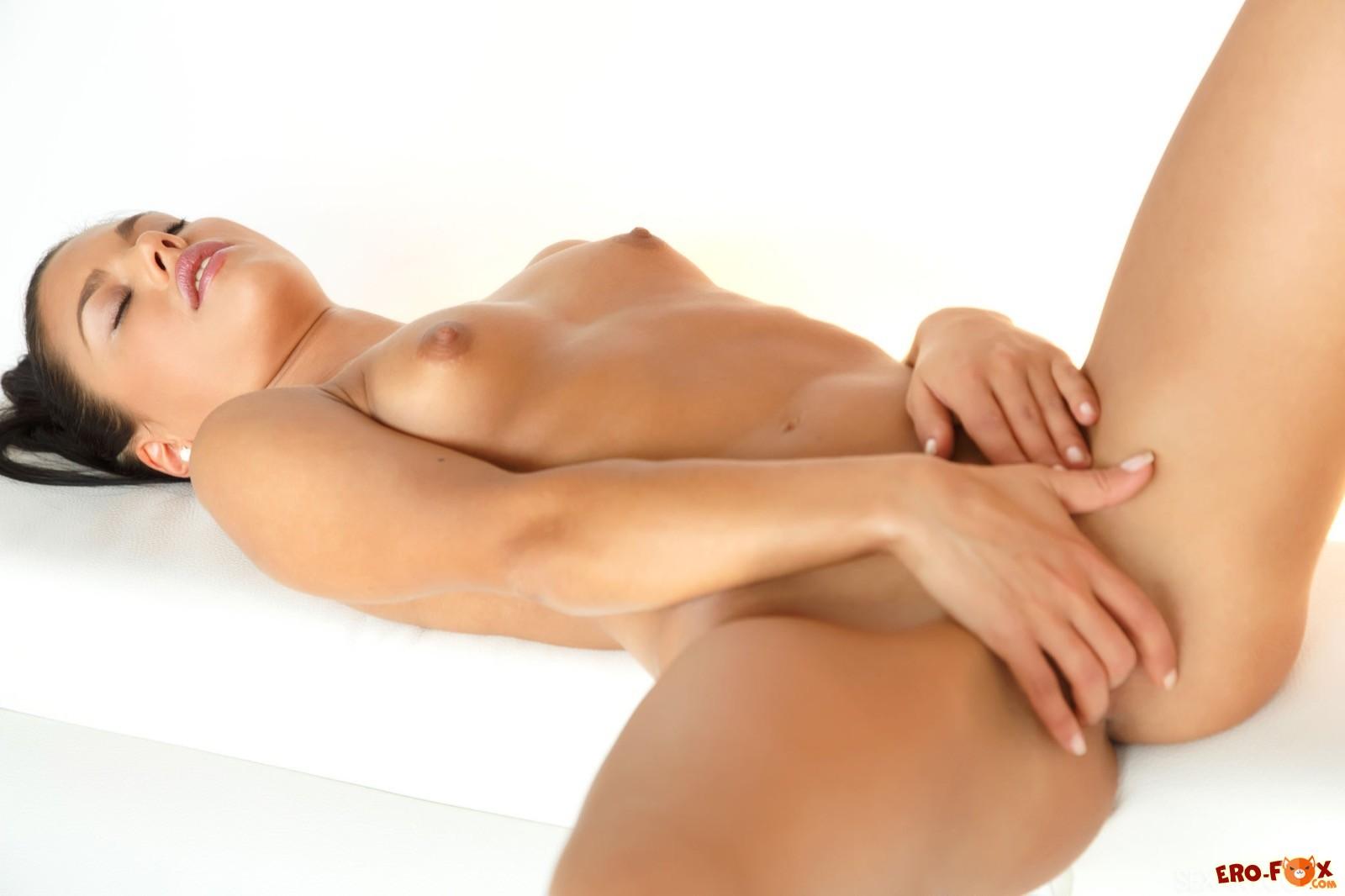 Эффектная брюнетка с красивыми гладкими дырками