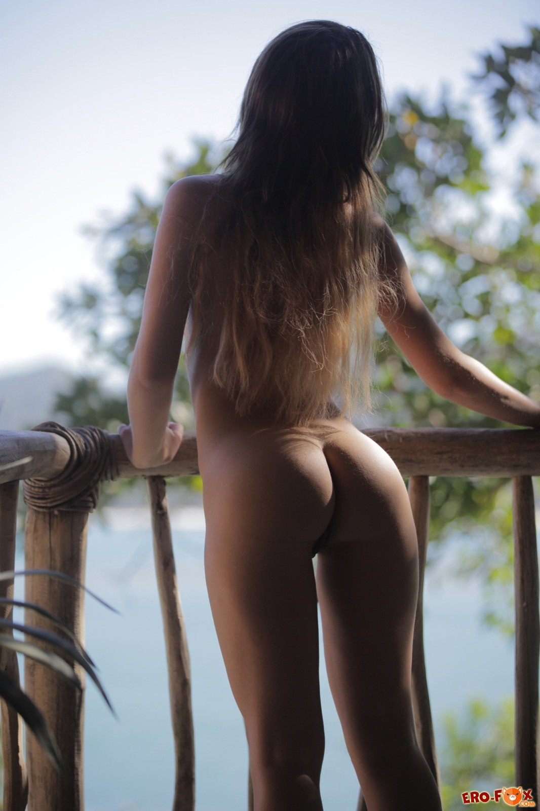 Милая девица с сексуальной попкой снимает шортики