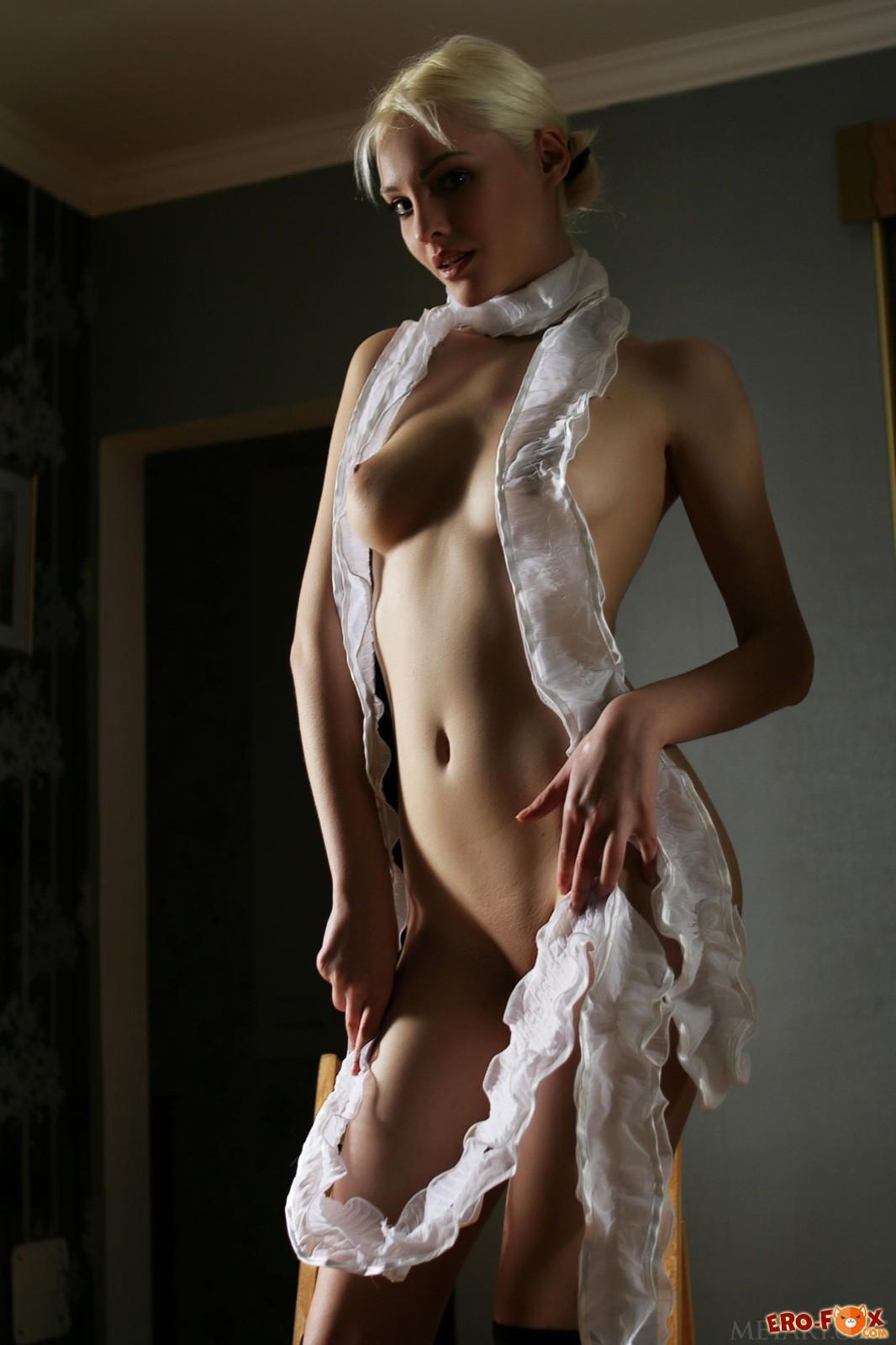 Худенькая модель с сексуальным телом в чулках