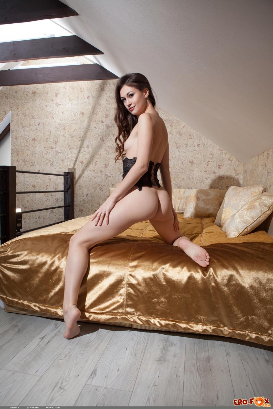 Красивая модель в корсете оголила упругую попку