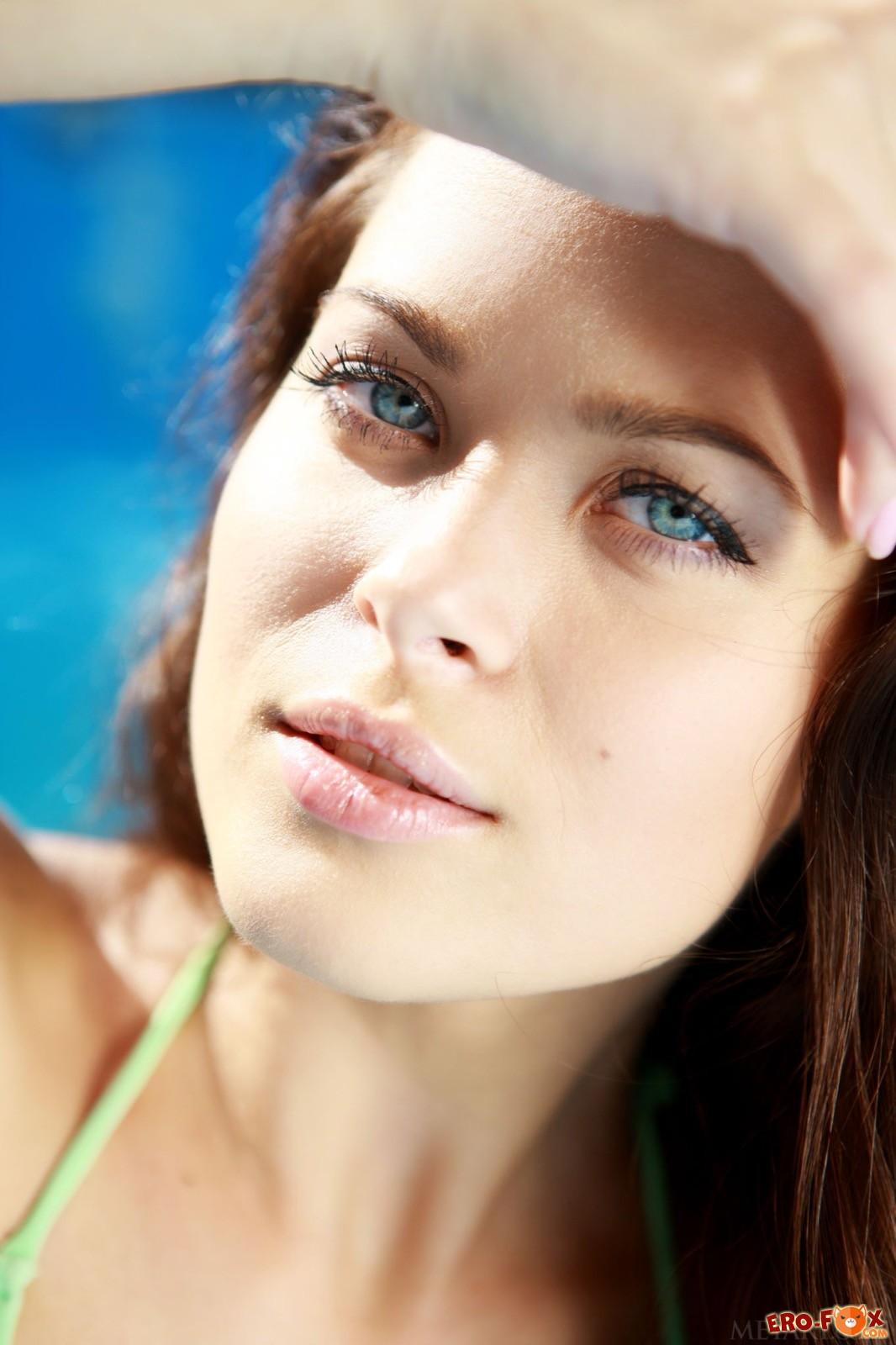 Голенькая голубоглазая красотка в пустом бассейне