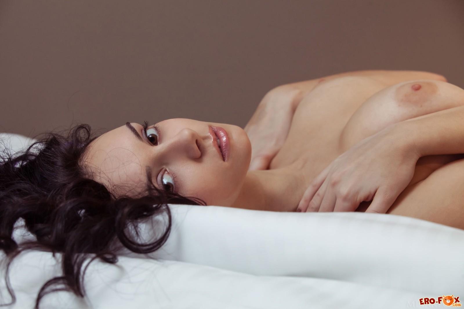 Крошка с возбуждающим телом оголилась в постели