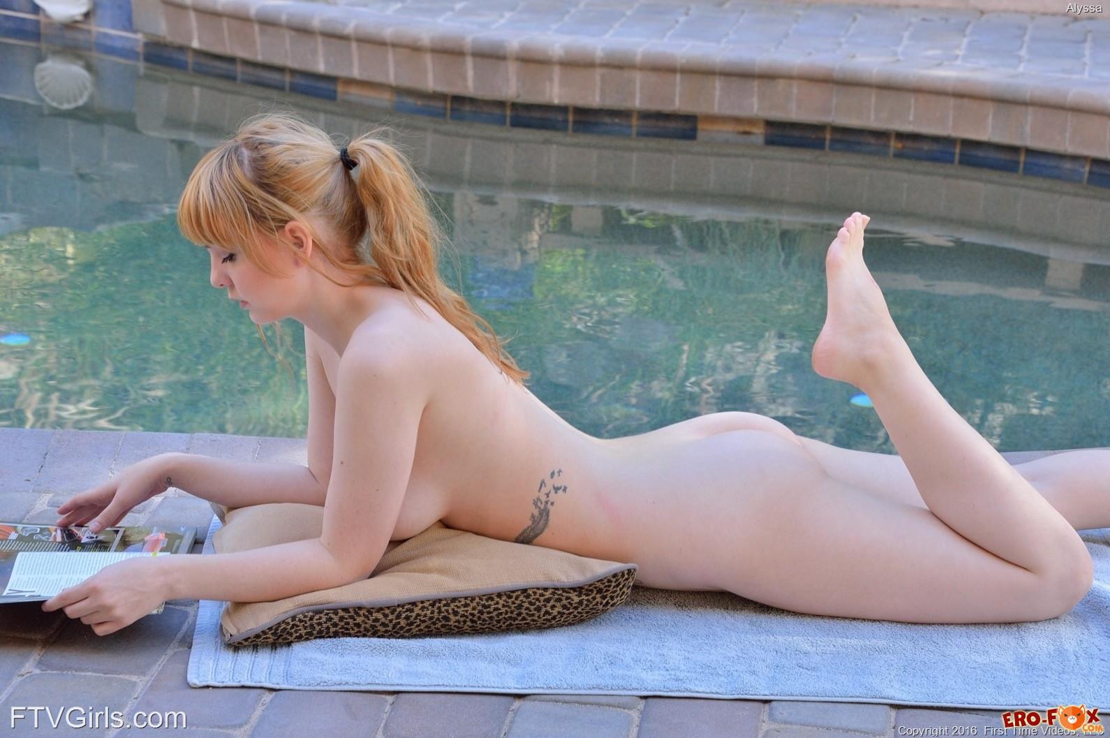 Молодая голая девушка с огромной грудью