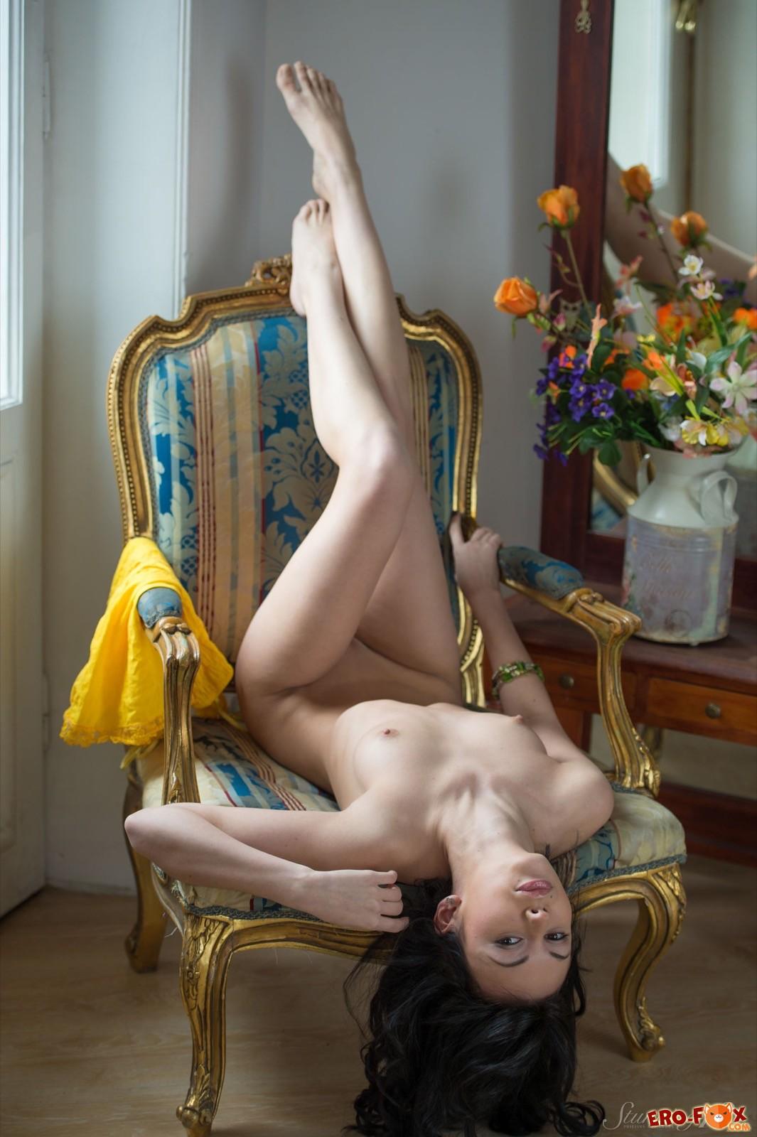 Сексуальная красотка возбуждающе позирует голой