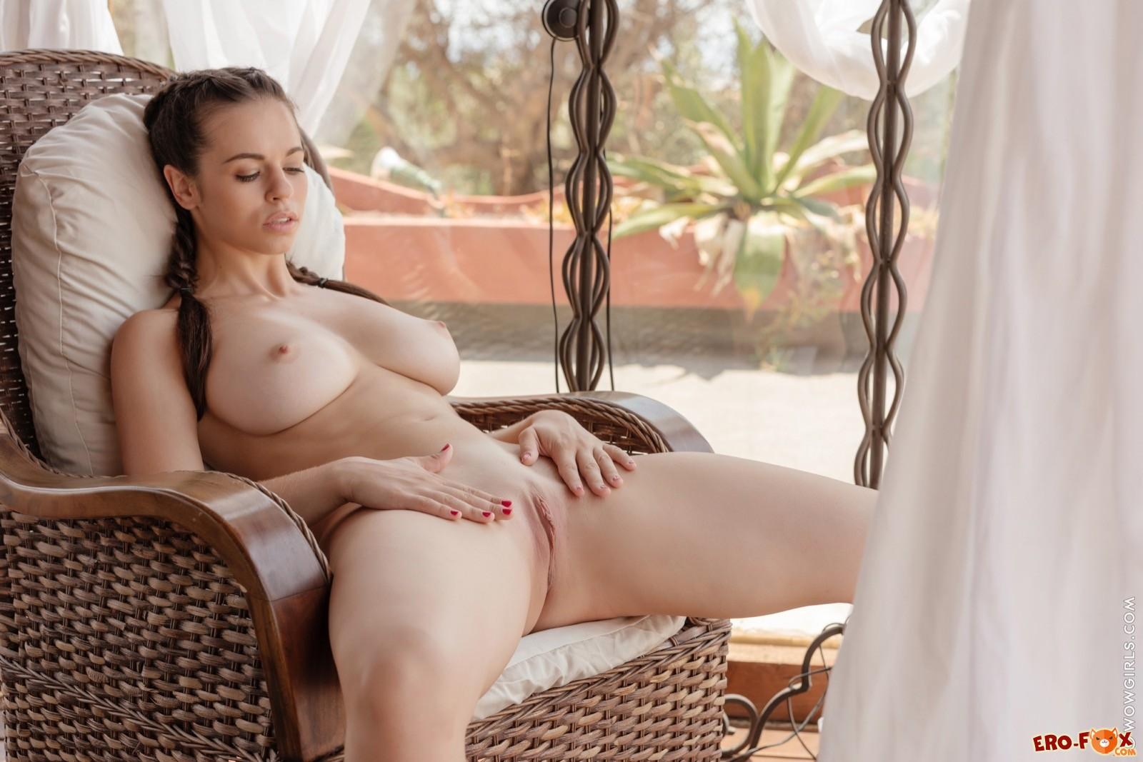 Красотка с сексуальной попкой и большими сиськами