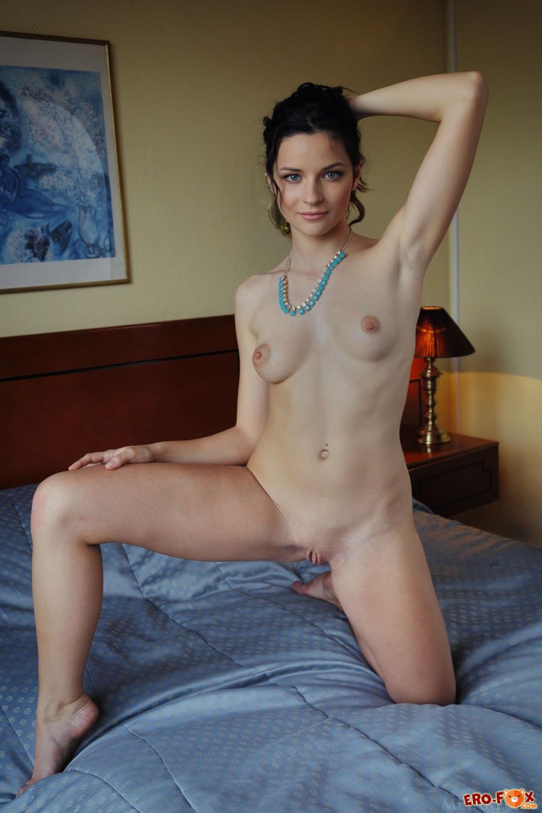 Подруга с сочной попкой и грудью позирует в спальне