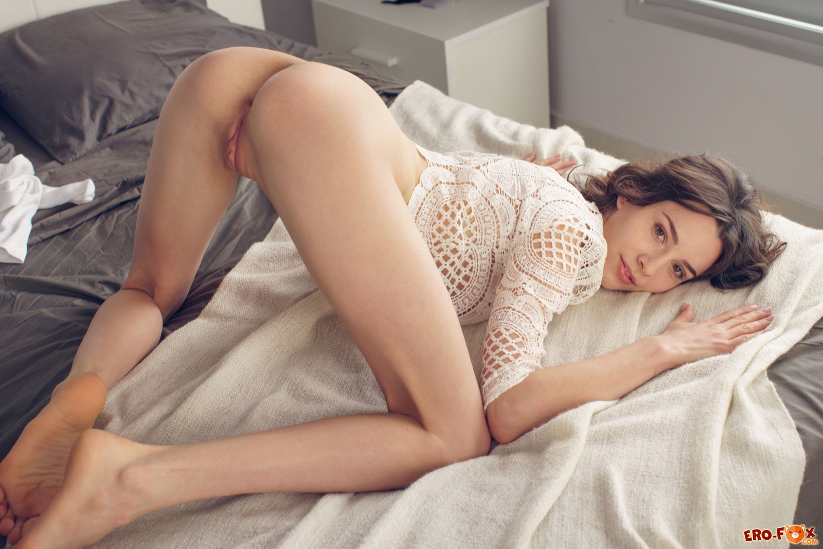 Белые чулки на худеньких ножках сексуальной девушки