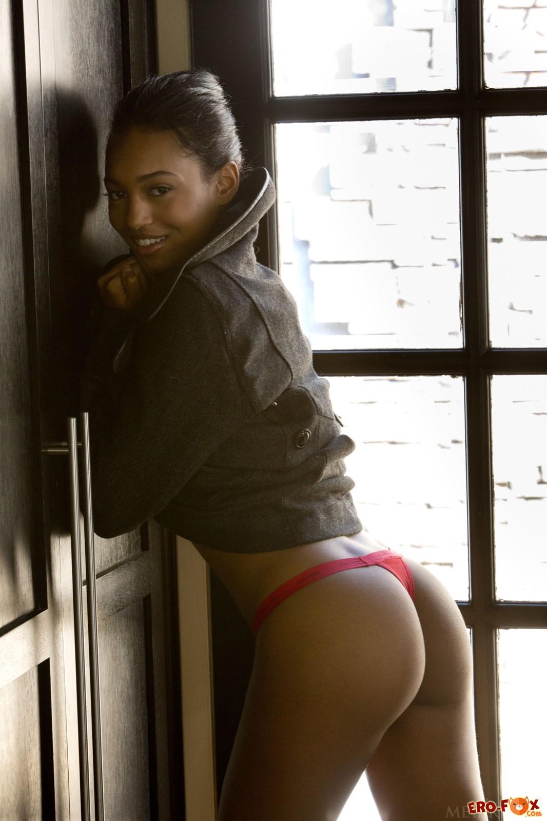 Сексуальная чернокожая модель снимает нижнее бельё