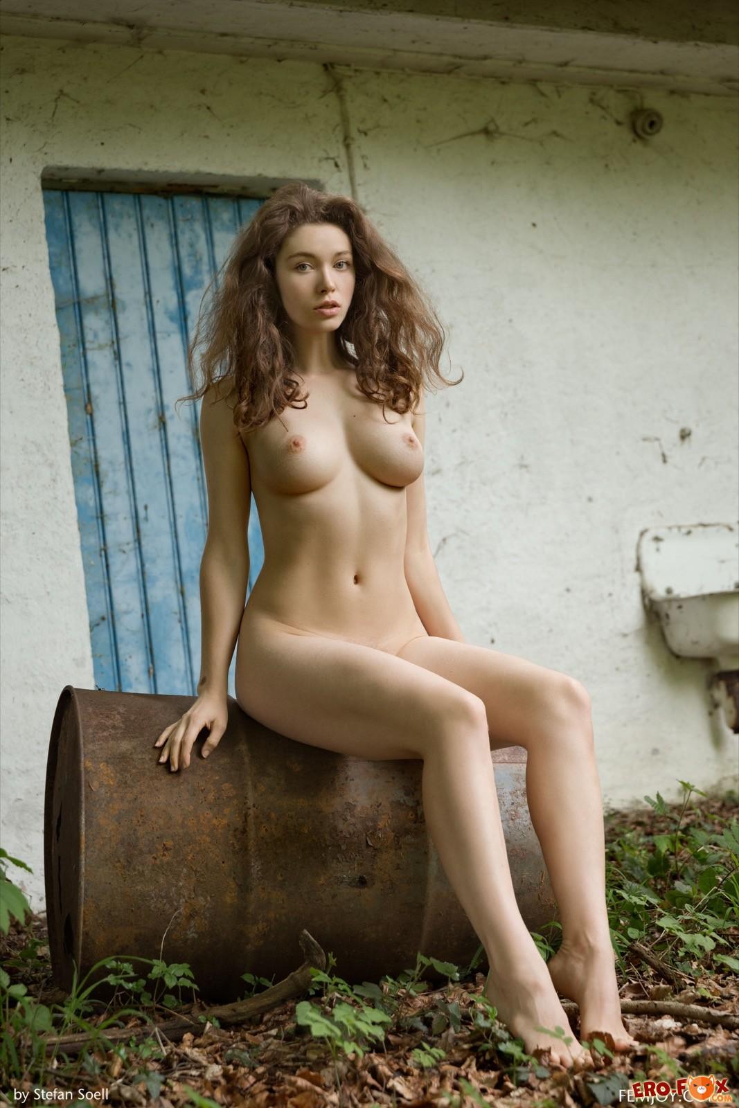 Голая девушка с идеальным телом в деревне