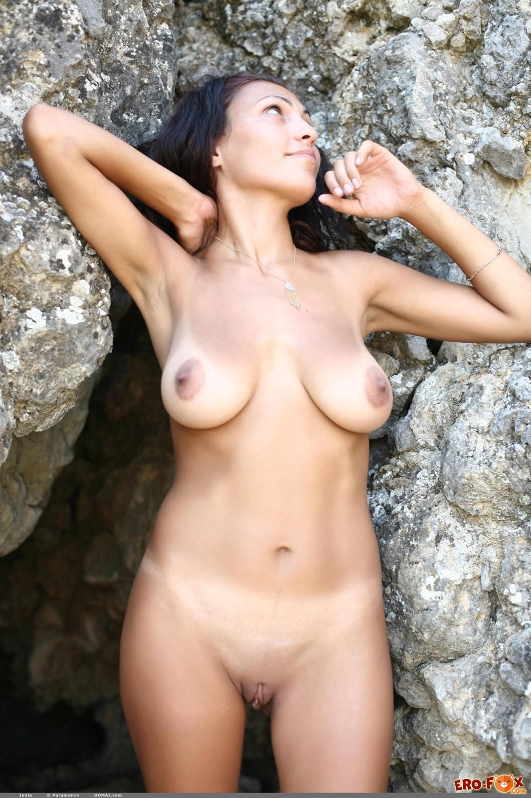 Девушка в шортах показала висячую грудь на природе
