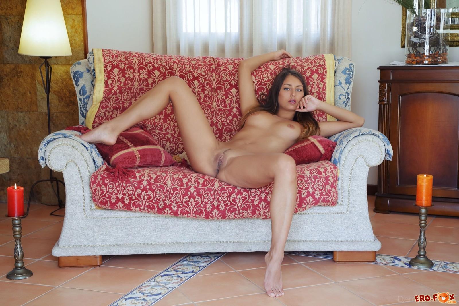 Девушка без трусиков раздвинула ноги на диване