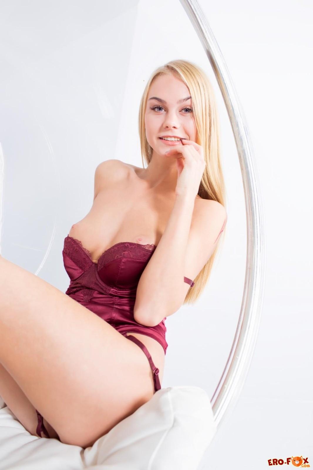 Сексуальная блондинка с бритой писей