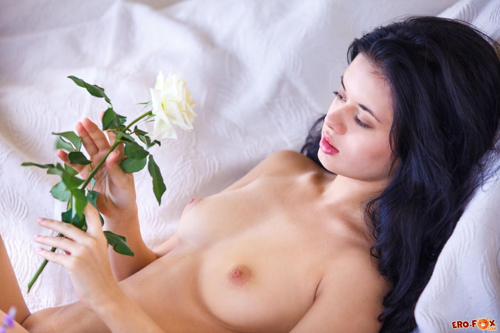 Сексуальная брюнетка эротично сняла юбку и трусики