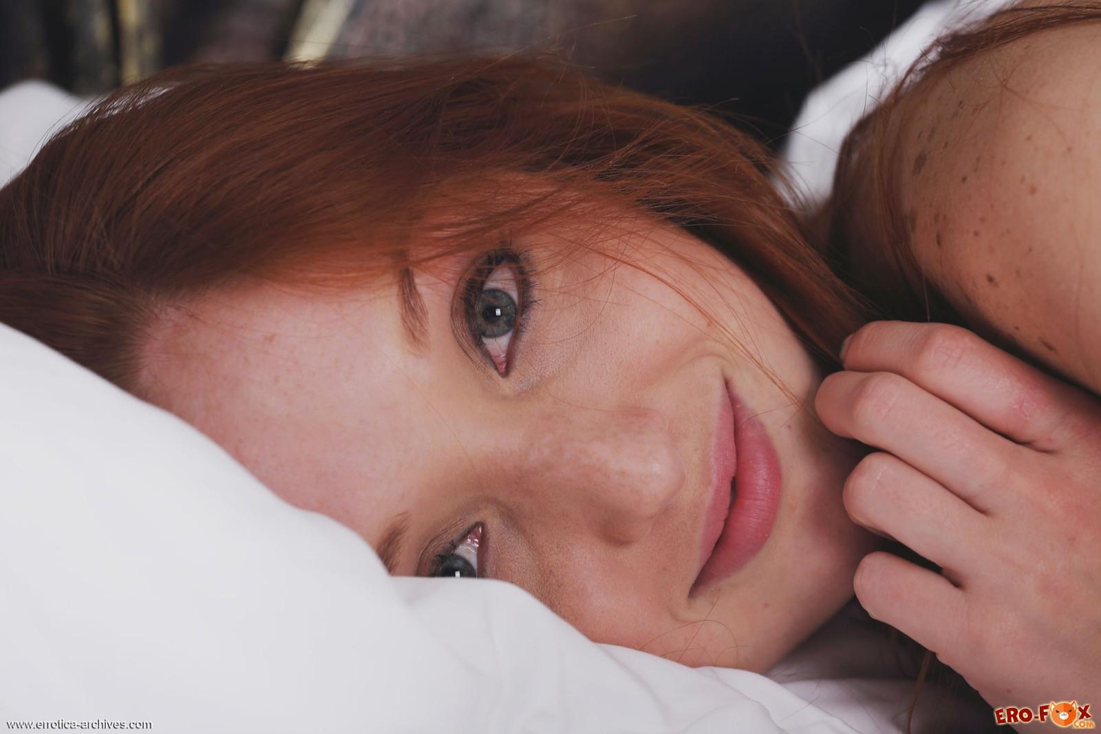 Скромная рыжая девка с сексуальным телом в постели