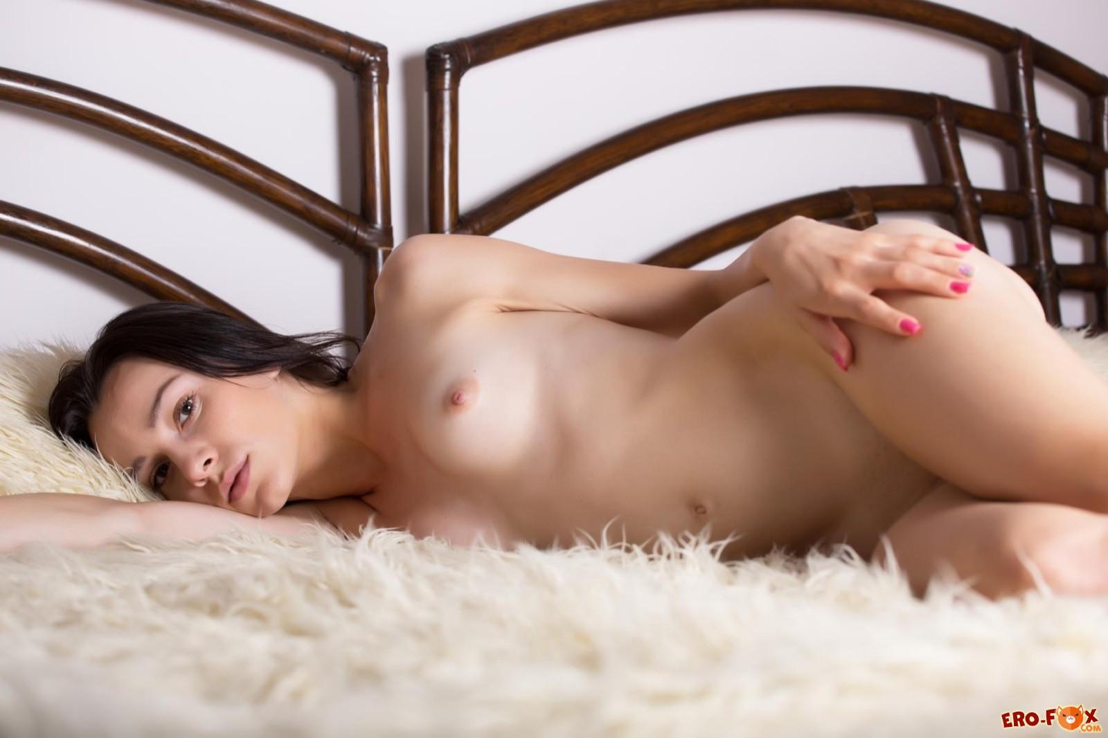 Модель с маленькими сиськами выгибается в постели