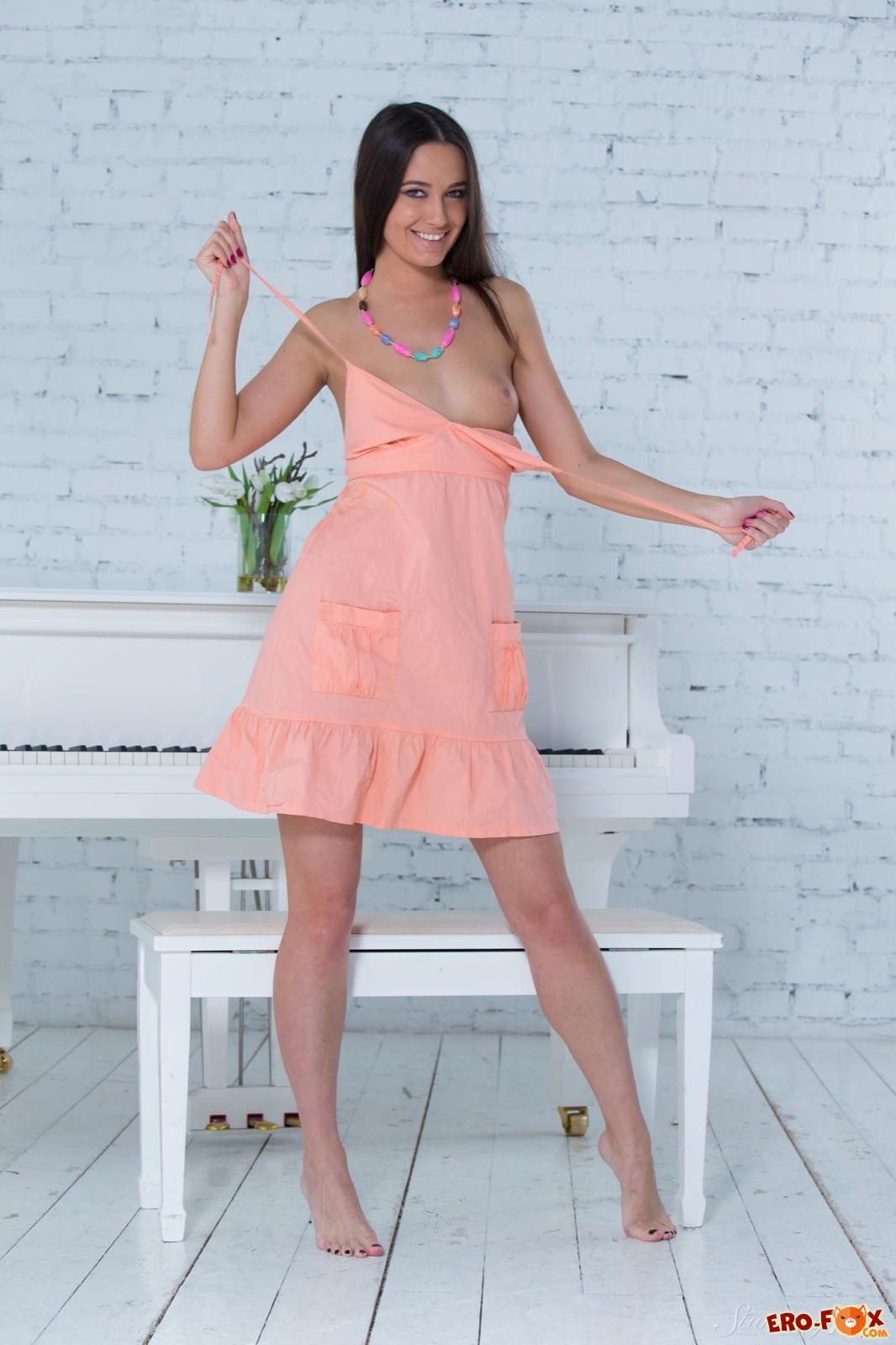 Девушка сняла платье начав позировать голенькой