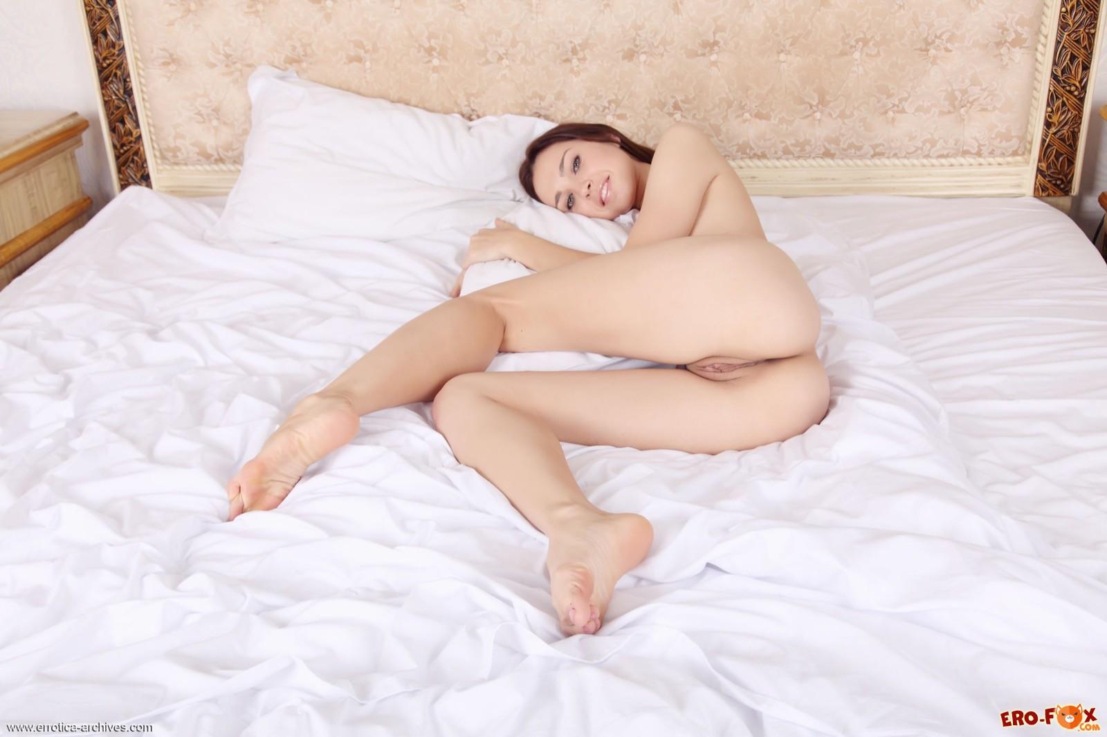 Раздетая девушка эротично показывает тело в постели