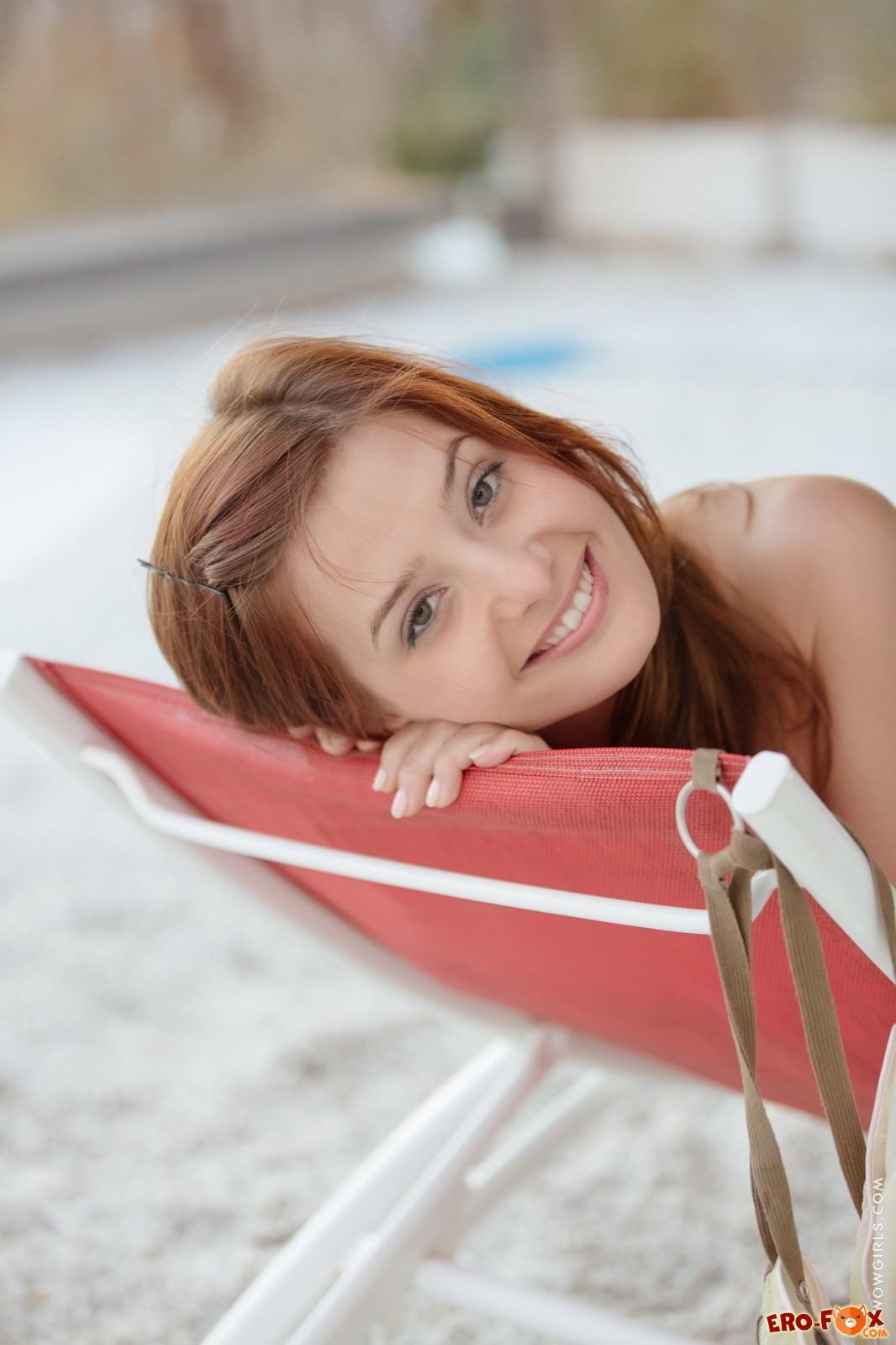 Красивая девушка оголила попку и письку на пляже
